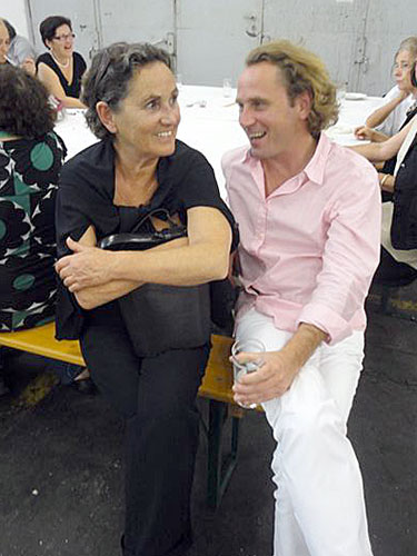 Großansicht Künstler und Architekt Florian Unterberger mit Frau Mama