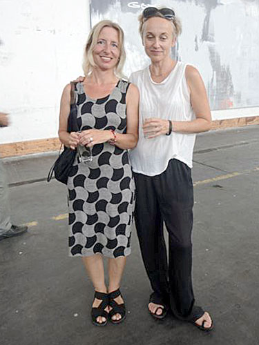 Großansicht Performancekünstlerin Carola Dertnik und  Dozentin Felicitas Thun-Hohenstein