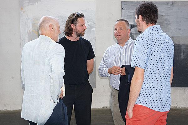 Großansicht Galerist Claudio Cocca im Gespräch mit Niko Sturm