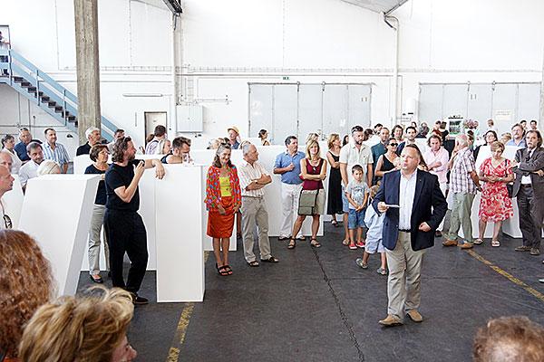 Großansicht Galerist Claudio Cocca bei der Eröffnung